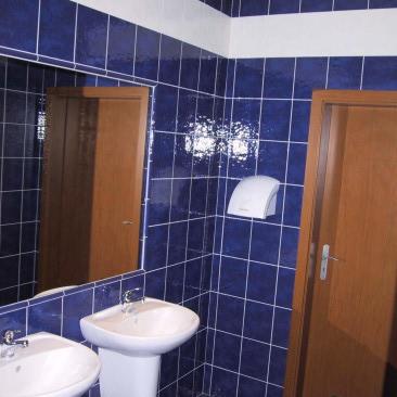 Tato pobočka a další následující již používá jednotnou barevnost pro obklad stěn WC, obklad hlavních zákaznických prostor zrcadly s kouřovým sklem a obložení baru umělým pískovcem.