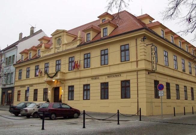 Projekt rekonstrukce a kompletního vybavení interiéru hotelu Hejtmanský dvůr na náměstí ve Slaném ve spolupráci s ateliérem ArchiCon plus