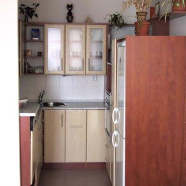 Úsporná kuchyň tvaru U – byt v Praze 10