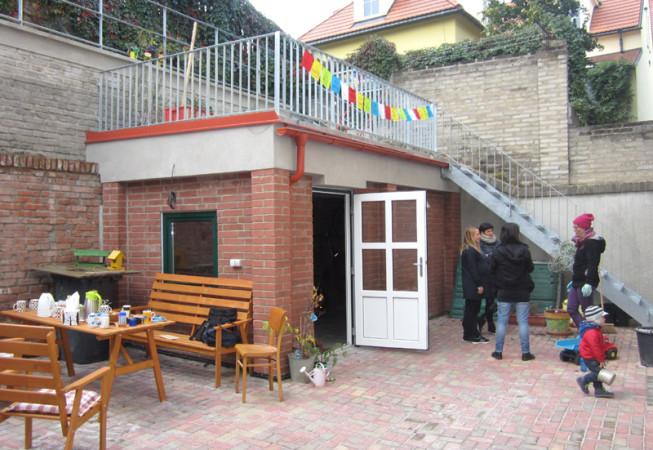 Revitalizace dvorku bytového domu v Praze 6 - oživení společenského života sousedů